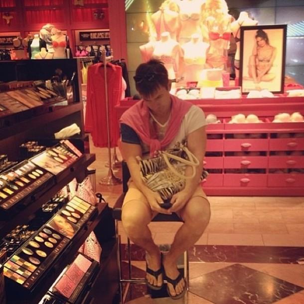 perierga.gr - Τι κάνουν οι άντρες όταν πηγαίνουν για ψώνια με τις γυναίκες τους!
