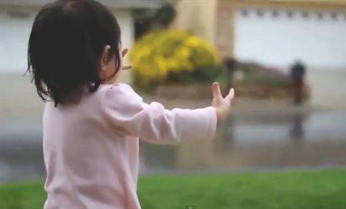 Perierga.gr - Ένα μικρό κορίτσι ανακαλύπτει τη βροχή!