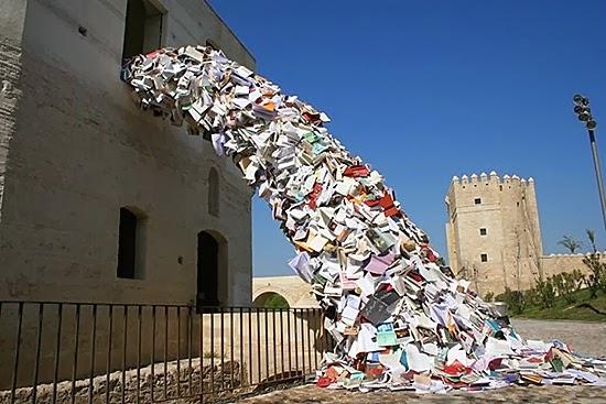 perierga.gr - Παράξενα γλυπτά πάνω σε κτήρια