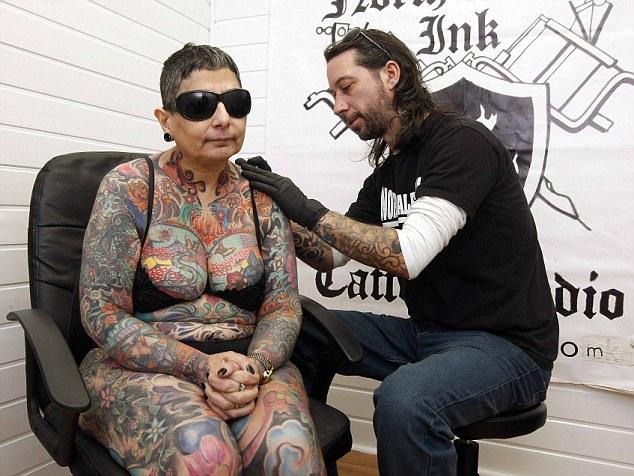 perierga.gr - Γεμίζει το κορμί της τατουάζ που δεν θα δει ποτέ!
