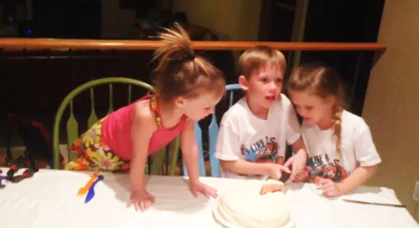 perierga.gr - Δείτε την αντίδραση 5χρονου για την απόκτηση τρίτης αδελφούλας! (βίντεο)