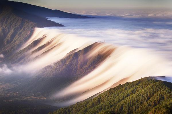 """perierga.gr- """"Καταρράκτης"""" από σύννεφα στα Κανάρια Νησιά!"""