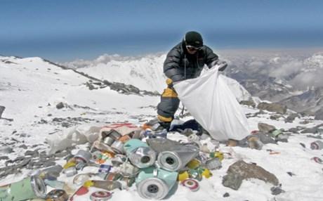 Perierga.gr - Κάθε ορειβάτης πρέπει να κατεβάζει από το Έβερεστ 8 κιλά σκουπίδια!