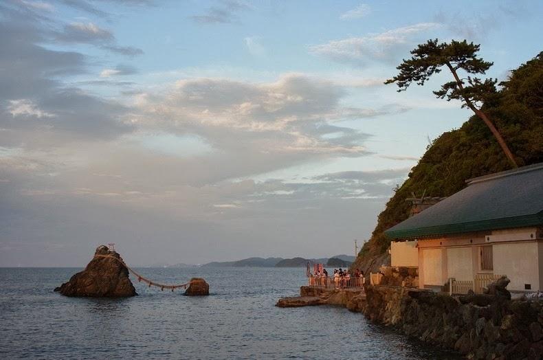 "perierga.gr - Τα ""παντρεμένα βράχια"" της Ιαπωνίας!"