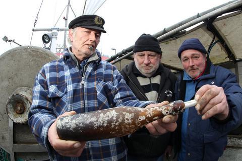 Perierga.gr - Ψαράς βρήκε το αρχαιότερο μήνυμα σε μπουκάλι