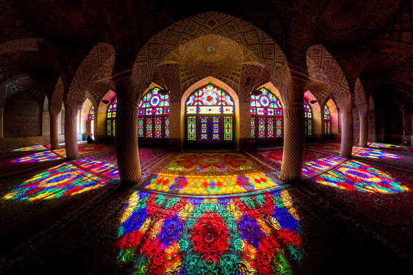 perierga.gr - Εκπληκτικό μνημείο... χρωματίζεται με το φως!