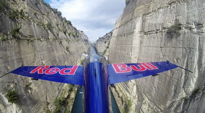 Perierga.gr - Διασχίζοντας τον ισθμό της Κορίνθου με αεροπλάνο!