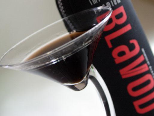 perierga.gr - Μαύρη βότκα... στο ποτήρι!