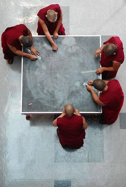 perierga.gr - Βουδιστές δημιουργούν απίστευτα έργα με εκατομμύρια κόκκους άμμου!