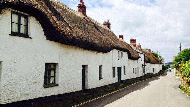 perierga.gr - Πωλείται όπως είναι επιπλωμένο παραθαλάσσιο χωριό στη Βρετανία!
