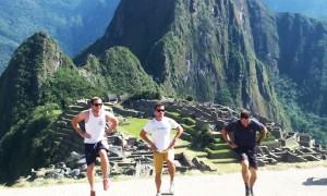 perierga.gr - Τρεις Ιρλανδοί ταξιδεύουν στο κόσμο και... χορεύουν! (βίντεο)