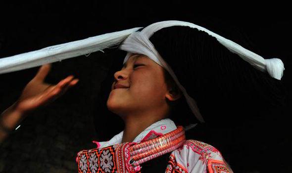 perierga.gr - Τα περίτεχνα χτενίσματα των γυναικών Miao στην Κίνα!