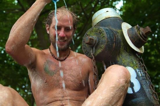 perierga.gr - Για 1 χρόνο κάνει μπάνιο σε φυσικούς υδάτινους χώρους!