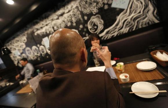 perierga.gr - Μπαρ στο Τόκιο κάνει γενναία έκπτωση μόνο σε καραφλούς!