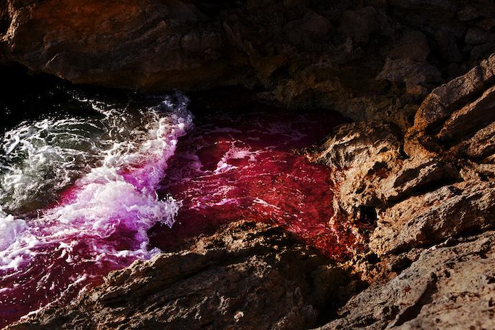 perierga.gr - Πολύχρωμα κύματα σκάνε στα βράχια!
