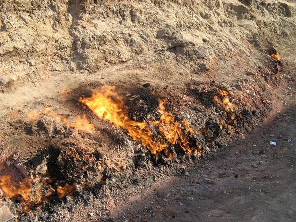 perierga.gr - Το παράξενο βουνό που... καίγεται διαρκώς!