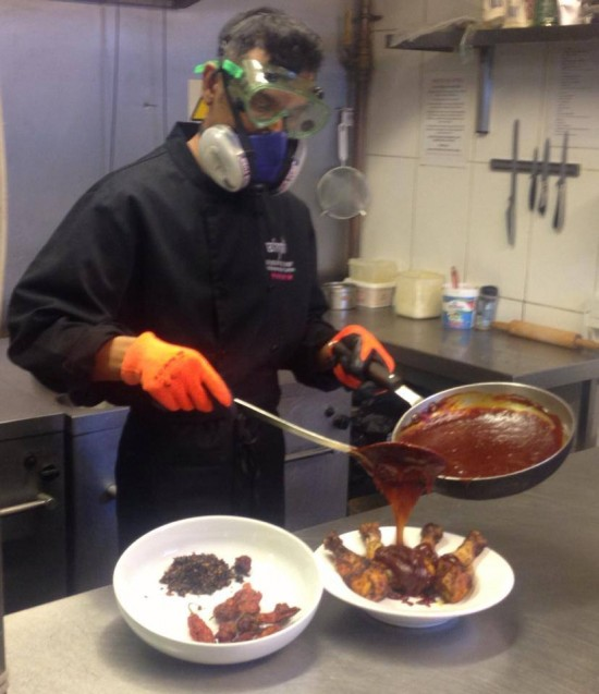 perierga.gr - Σεφ φοράει μάσκα οξυγόνου και φτιάχνει την πιο καυτερή σάλτσα!