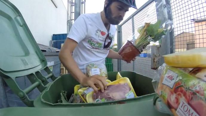 perierga.gr - Ταξιδεύει στον κόσμο και τρώει από τα... σκουπίδια!