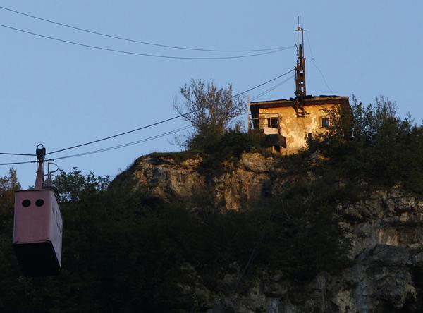 perierga.gr - Μεταφορά με τελεφερίκ πάνω από την πόλη!