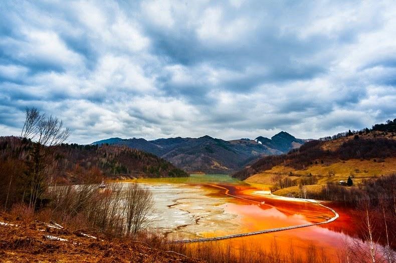"perierga.gr - Τοξική λίμνη ""κατάπιε"" ρουμανικό χωριό!"