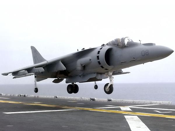 perierga.gr - Η απίστευτη προσνήωση ενός Harrier σε... σκαμνάκι!