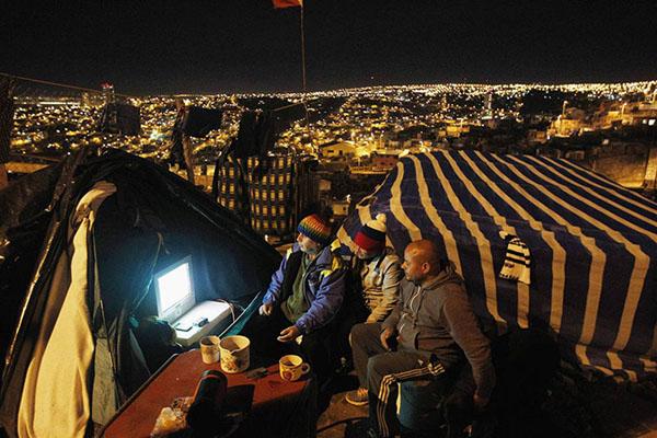 Perierga.gr - Πώς απολαμβάνουν το Μουντιάλ σε κάθε γωνιά της Γης...