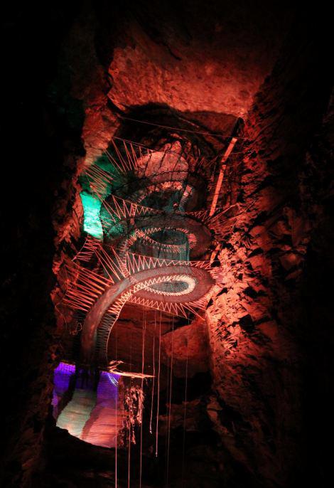 perierga.gr - Το μεγαλύτερο υπόγειο τραμπολίνο στον κόσμο!