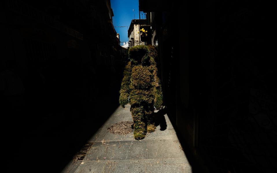 perierga.gr - Οι Ισπανοί μεταμορφώνονται σε δέντρα για μία μέρα!