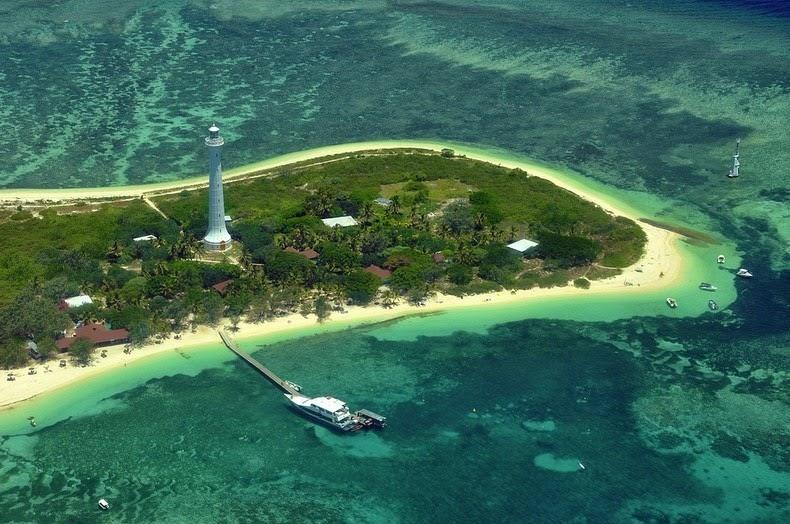 perierga.gr - Φάρος δεσπόζει σε εξωτικό νησάκι!