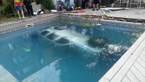Perierga.gr - Επεσε με το τζιπ μέσα σε πισίνα σπιτιού