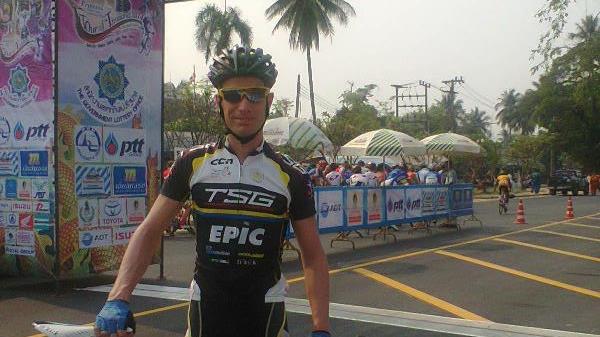 Perierga.gr - Ολλανδός ποδηλάτης γλίτωσε δύο φορές από τα αεροπλάνα της Malaysia Airlines