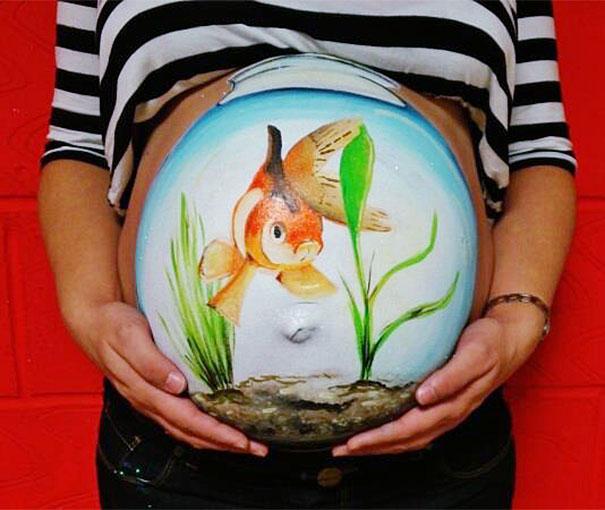 perierga.gr - Καλλιτέχνις ζωγραφίζει… κοιλίτσες εγκύων!