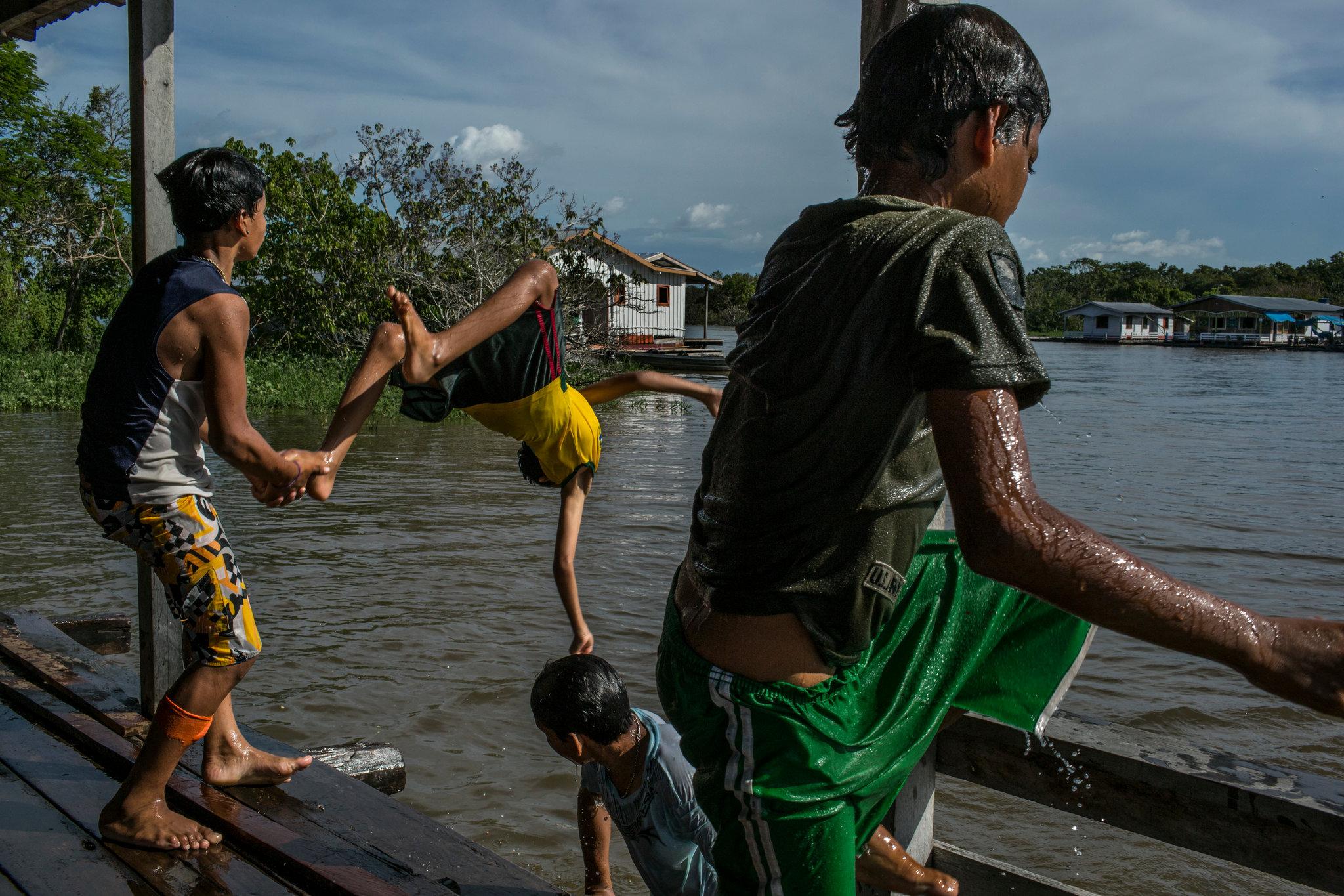 perierga.gr - Το πλωτό χωριό του Αμαζονίου όπου όλοι παίζουν ποδόσφαιρο!
