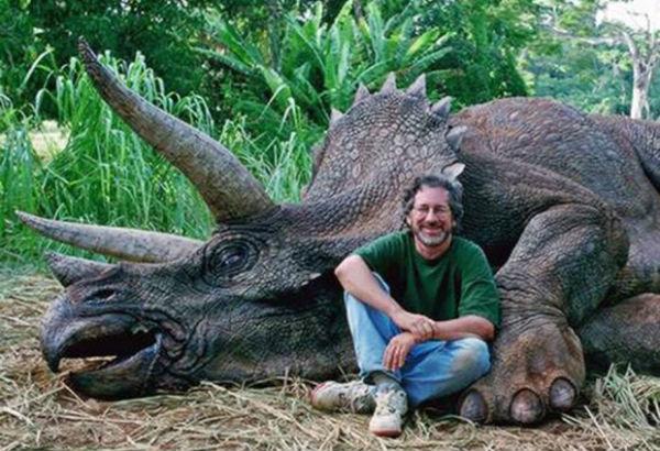 Perierga.gr - Πίστεψαν ότι ο Σπίλμπεργκ είναι κυνηγός δεινοσαύρων!