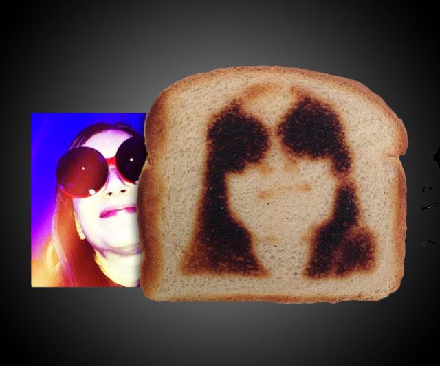 perierga.gr - Τοστιέρα βγάζει… selfies στο ψωμί!