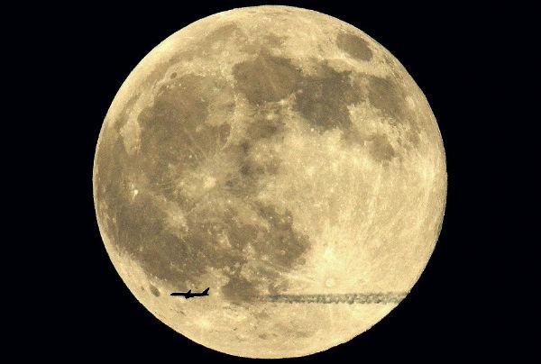 Perierga.gr - Αεροπλάνα πετάνε μπροστά από τον ήλιο και το φεγγάρι