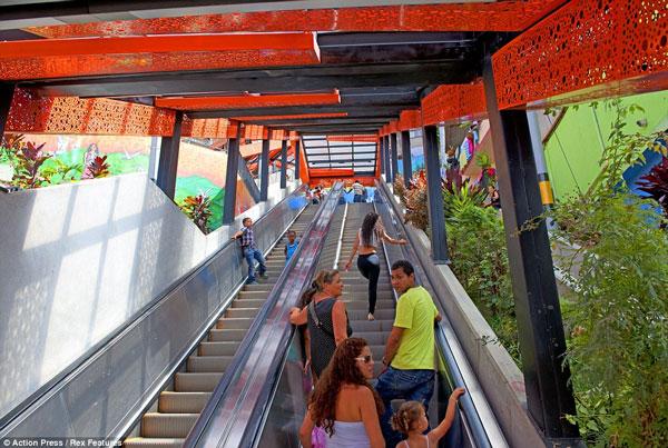 Perierga.gr - Κυλιόμενες σκάλες 400 μέτρων αλλάζουν τη ζωή μιας πόλης