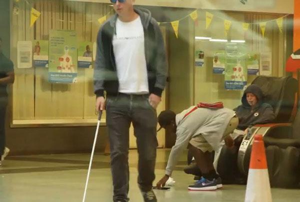 Perierga.gr - Ποιος θα έκλεβε έναν τυφλό;