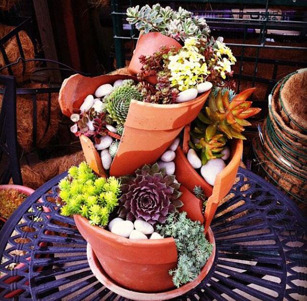 perierga.gr - Σπασμένες γλάστρες μεταμορφώνονται σε μικρούς «κήπους»!