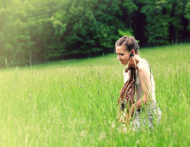 perierga.gr - H Emily και το ελαφάκι της: Ένα δυνατό δέσιμο!