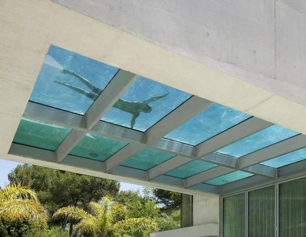 perierga.gr - Εντυπωσιακή διάφανη πισίνα στην οροφή