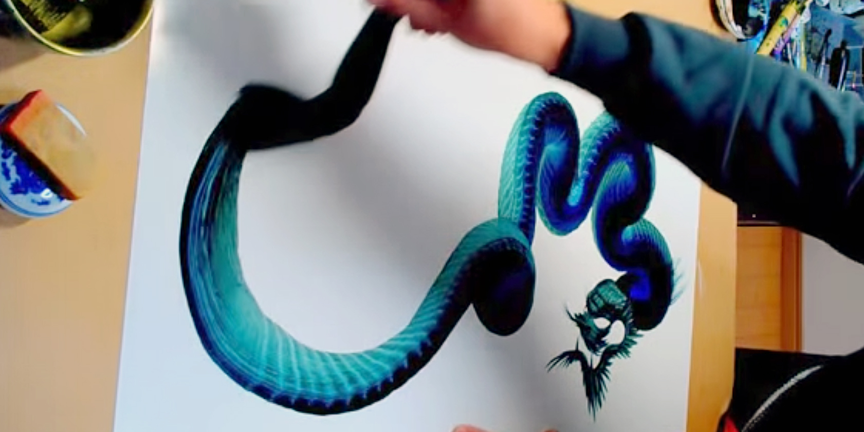 perierga.gr - Ζωγραφίζει έναν δράκο με μία… πινελιά! (βίντεο)