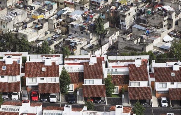 Perierga.gr - Μια γειτονιά πολλές αντιθέσεις