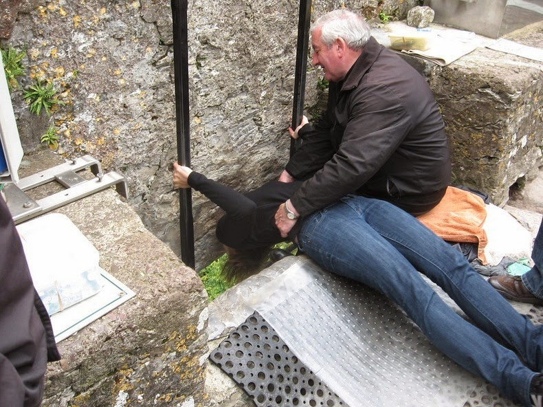 perierga.gr - Φίλησε την μαγική πέτρα της ευγλωττίας!
