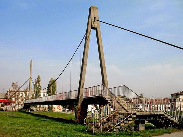 perierga.gr - Γέφυρα χωρίς... ποτάμι στη Σερβία!