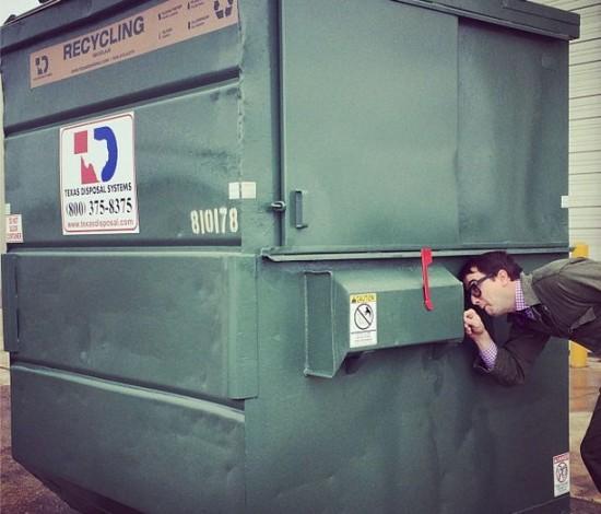 perierga.gr - Καθηγητής Πανεπιστημίου ζει σε κάδο σκουπιδιών!
