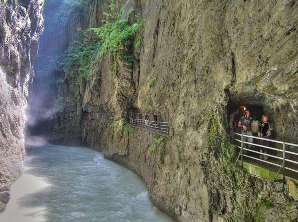 perierga.gr - Τρομακτικό μονοπάτι μέσα από τα βράχια