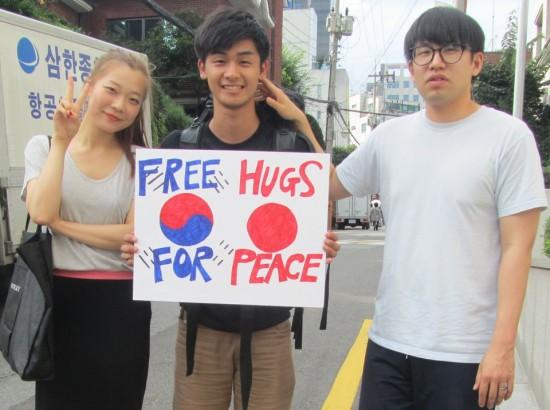 "perierga.gr - ""Δωρεάν αγκαλιές σε ξένους για την ειρήνη""!"