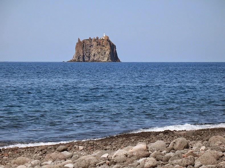 perierga.gr - Ο μοναχικός φάρος του Στρόμπολι!
