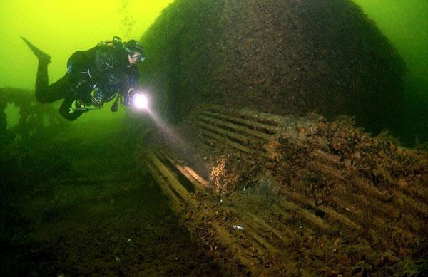 perierga.gr - Απόλαυσαν καφέ... 70 ετών που βρήκαν σε ναυάγιο!